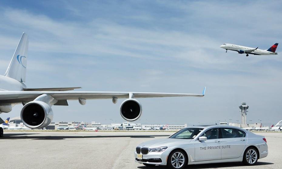 O transporte até ao avião é feito num carro de luxo.
