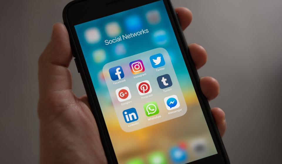 Imponha limites. Desligue as notificações das aplicações do seu telemóvel e estabeleça um horário para responder a emails e às mensagens deixadas nas redes sociais.