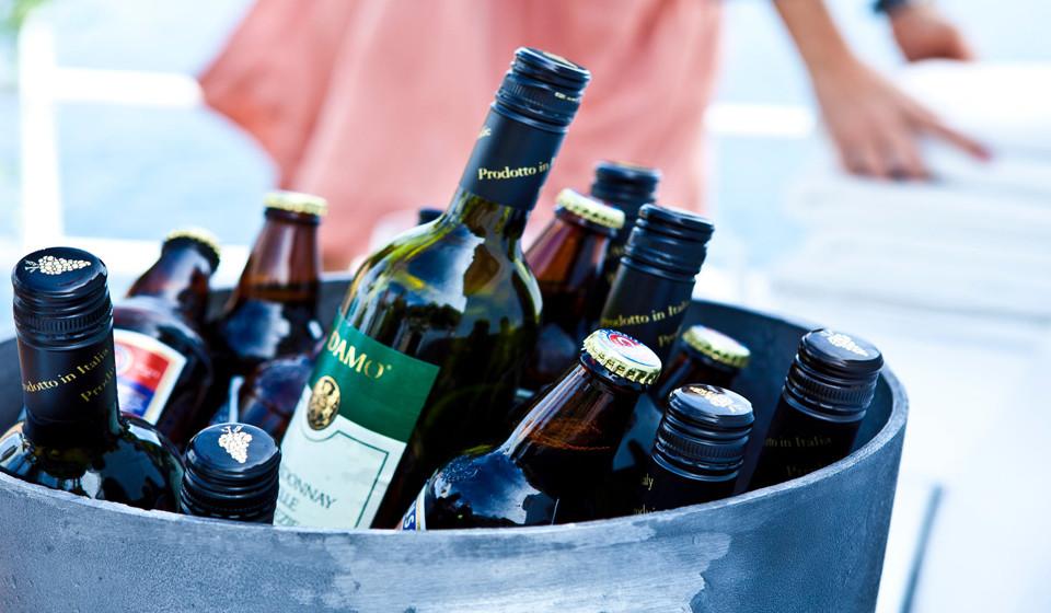 Evite álcool e as comidas calóricas. Também existe a tendência de comer muito e, normalmente, alimentos não muito saudáveis, bem como de beber álcool para relaxar. Contudo e apesar de reduzirem o stress temporariamente, trazem muitas implicações para a saúde a longo termo.