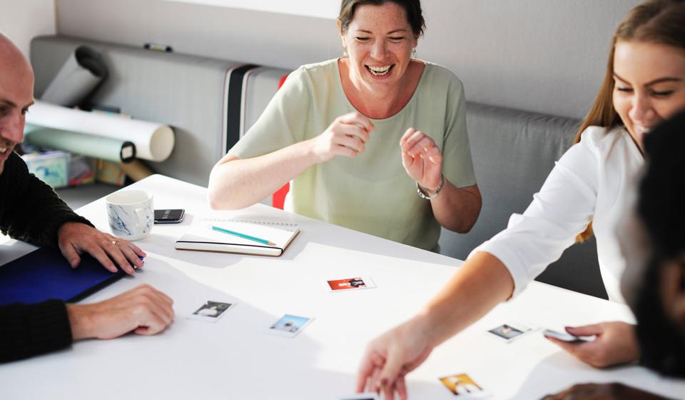 """Faça disto um jogo, uma brincadeira. Por exemplo, quando combinar um convívio com os seus amigos, peça-lhes que coloquem os seus telefones no meio da mesa para ver quem """"perde"""" ao agarrar o telefone em primeiro lugar."""