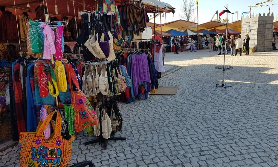 Há muitas tendas com produtos e marrocanaria.