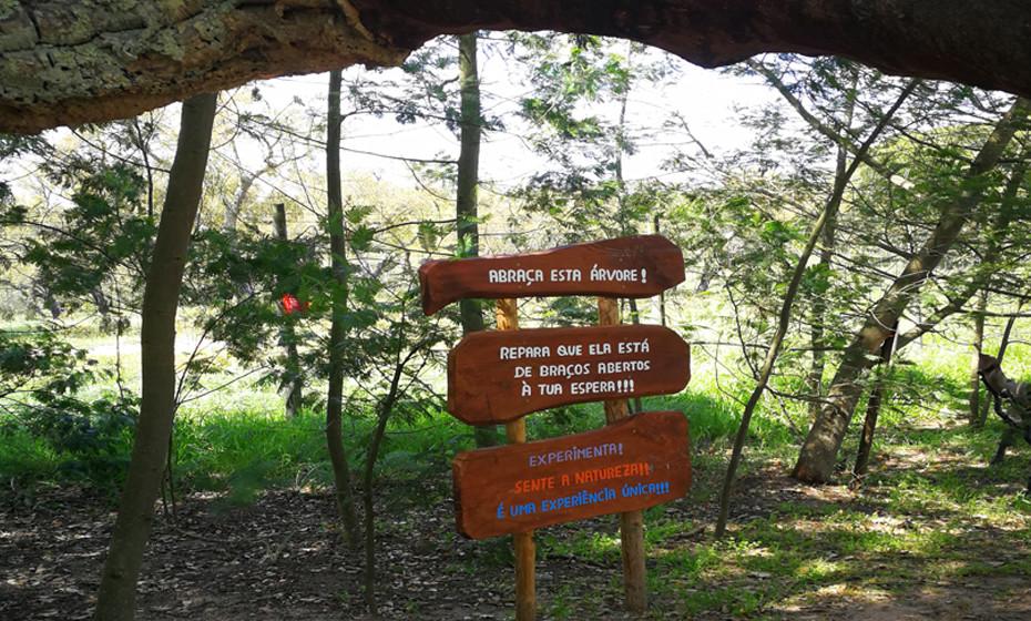 Mensagens de incentivo para cuidar da natureza estão espalhados por toda a reserva animal, com o objetivo de tocar os mais pequenos