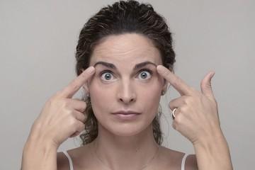 O primeiro impulso é comprar cremes, mas bastam dez minutos por dia para trabalhar todos os músculos da face de forma a conseguir uma pele mais luminosa, elástica e jovem. Quem o diz é a terapeuta Sónia dos Santos, no livro 'Ginástica facial. Um plano completo de exercícios para um rosto jovem, radiante e saudável'. Veja alguns exercícios de seguida.