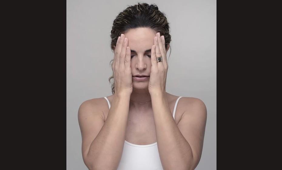 ROSTO INTEIRO: Este exercício servirá de aquecimento bem como de relaxamento após a realização dos exercícios. Toda a musculatura da face é trabalhada ao mesmo tempo. Como fazer?     Coloque as mãos uma de cada lado do seu rosto e molde-o, sentindo toda a arquitetura da sua cara. Pode mesmo fechar os olhos para uma melhor perceção. Sinta o calor das suas mãos em contato com a sua cara, permaneça um pouco (cerca de cinco segundos) e seguidamente faça pressão como se estivesse a «esmagar» o rosto. Mantenha durante cinco segundos e respire fundo. Repita dez vezes.