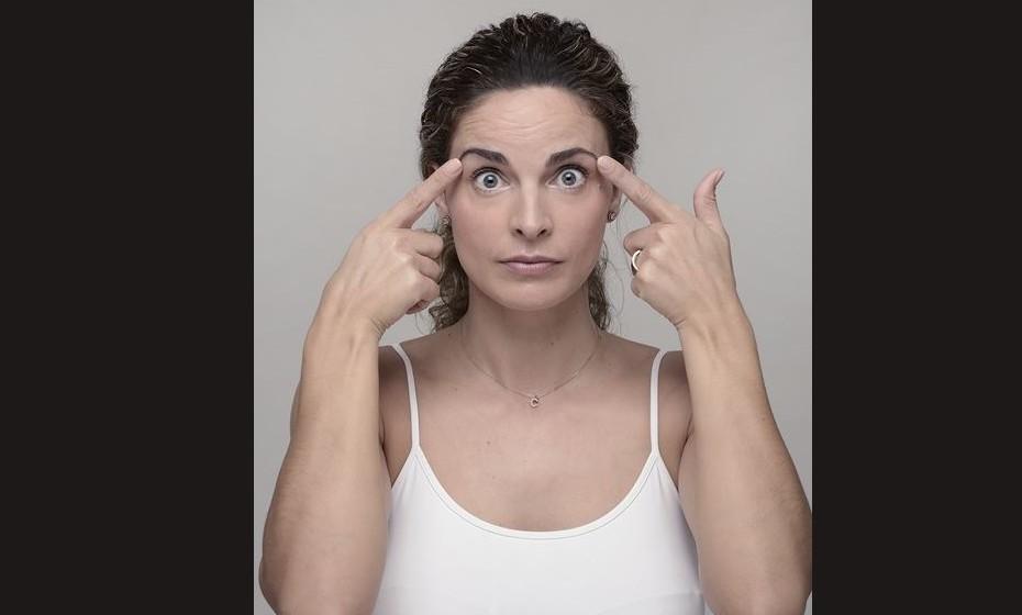 TESTA: Os músculos frontais são os estimulados. Quanto mais fortes são, mais suave e mais firme será a aparência da testa. Este exercício evita que as rugas da testa fiquem marcadas e relaxa a parte superior do rosto até às têmporas. Como se faz? Em frente a um espelho com a cabeça erguida e os ombros relaxados, levante a testa em direção à linha do cabelo. Repita dez vezes. Ao executar este movimento, deve sentir as sobrancelhas a subir e após algumas repetições deve igualmente sentir a força exercida nas suas orelhas.