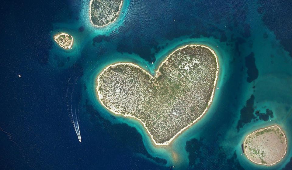 Ilha Galesnjak, Croácia. Conhecida como a Ilha do amor devido à sua forma de coração é um local relativamente pequeno, com cerca de 130m2, o que a torna num cantinho romântico ideal para muitos casais.