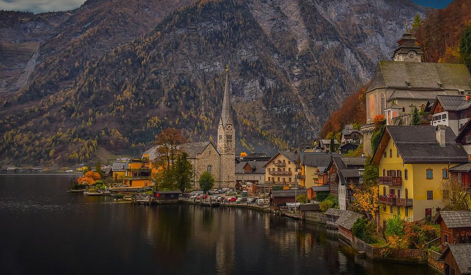 Hallstatt, Áustria. A vila austríaca situada à beira do lado Hallstätter See parece ter sido tirada de uma história encantada daquelas que encontramos nos livros, mas não, esta não é uma pintura, é a realidade retratada através da lente de uma câmara fotográfica. Com cerca de 1000 habitantes, a sua paisagem quase surreal, a UNESCO nomeou, em 1997, esta pequena vila como Património da Humanidade.