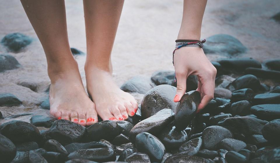 Não esteja muito tempo de pé, parado/a.  Caminhe um pouco ou ponha-se em bicos de pés várias vezes;