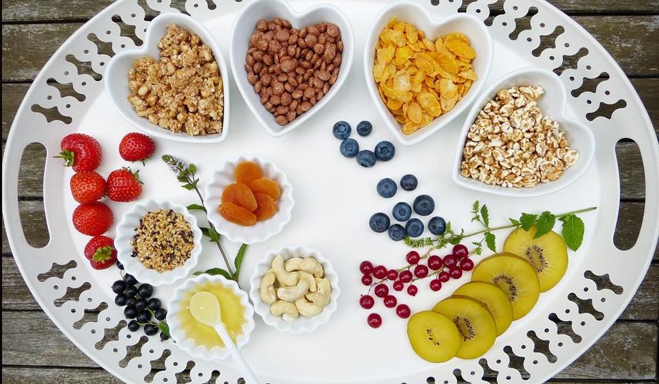 Comer pequenas quantidades e várias vezes ao dia.