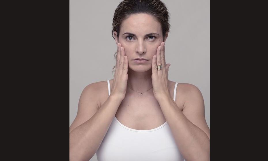 BOCHECHAS: Os músculos masséter são responsáveis pela mastigação e são assim estimulados. Ativamo-los quando cerramos os dentes. Apoiam a parte do meio do rosto e têm um papel fundamental na fisionomia da cara. Ao fazer este exercício, vai sentir um aumento significativo no tónus muscular. Como fazer? Com os lábios relaxados, cerre os dentes inferiores contra os dentes superiores com intensidade, durante oito segundos. Vá aliviando a pressão lentamente fazendo-o nos oito segundos seguintes. Repita dez vezes.