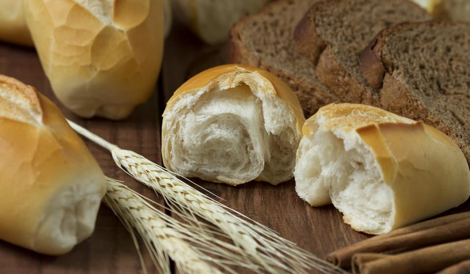 Comer alimentos ricos em proteínas e hidratos de carbono e, de preferência, simples ou secos quando estiver enjoada.