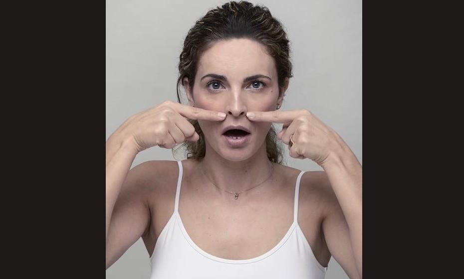 ASAS DO NARIZ: O músculo levantador comum do lábio superior e da asa do nariz são os estimulados. Ligados às asas do nariz, estes músculos apertam a área onde as pregas nasolabiais aparecem em cada lado da boca. Este exercício suaviza os vincos nasolabiais, também conhecido por «bigode chinês». Também reduz as «linhas de marionete» que se encontram nos cantos da boca e formam uma linha até à base do queixo. Como fazer? Crie tensão nas asas do nariz para baixo. Lentamente, vá abrindo a boca para que o lábio superior se estenda ao longo da gengiva. Mantenha esta posição durante oito segundos e vá aliviando a pressão nos oito segundos seguintes. Repita dez vezes.