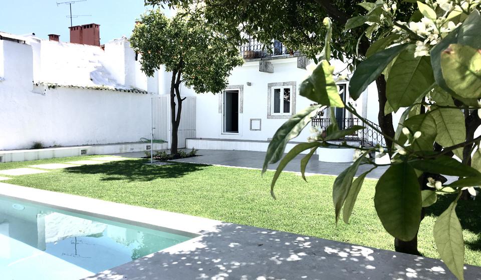 Vista do jardim e da piscina. (Fotos: Ricardo Alves)