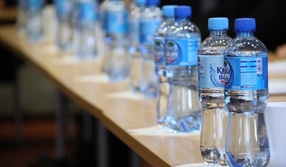 A cada minuto são compradas 1 milhão de garrafas plásticas no mundo.