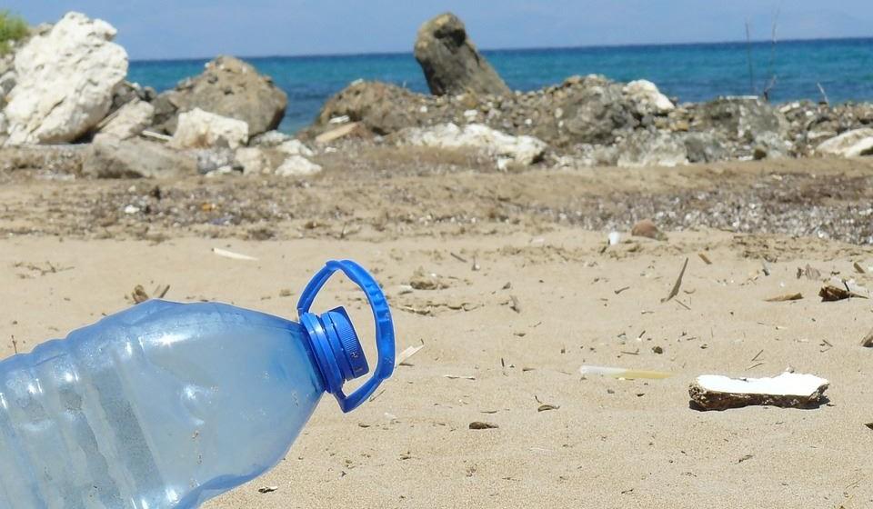 Somente na Europa, os custos estimados para limpeza de praias chegam aos 630 milhões de euros por ano (Comissão Europeia, 2015). E os estudos sugerem que o dano económico anual causado pelo plástico ao ecossistema marinho mundial é de mais de onze mil milhões de euros.