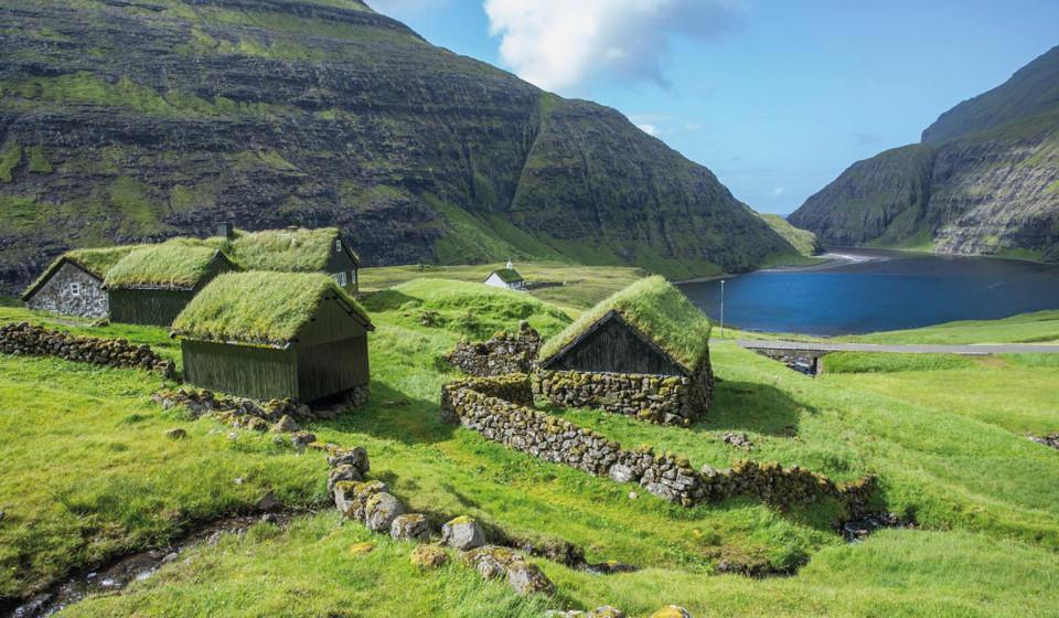 As Ilhas Faroé, Dinamarca. Situadas entre a Escócia e a Islândia, as Ilhas Faroé são regiões autónomas da Dinamarca. Com cerca de 1400 km2 de natureza pura, estas ilhas são o local perfeito para disfrutar da calma do campo e para quem gosta de locais com temperaturas baixas (no verão as temperaturas podem atingir as 11ºC e cerca de -3ºC no inverno).