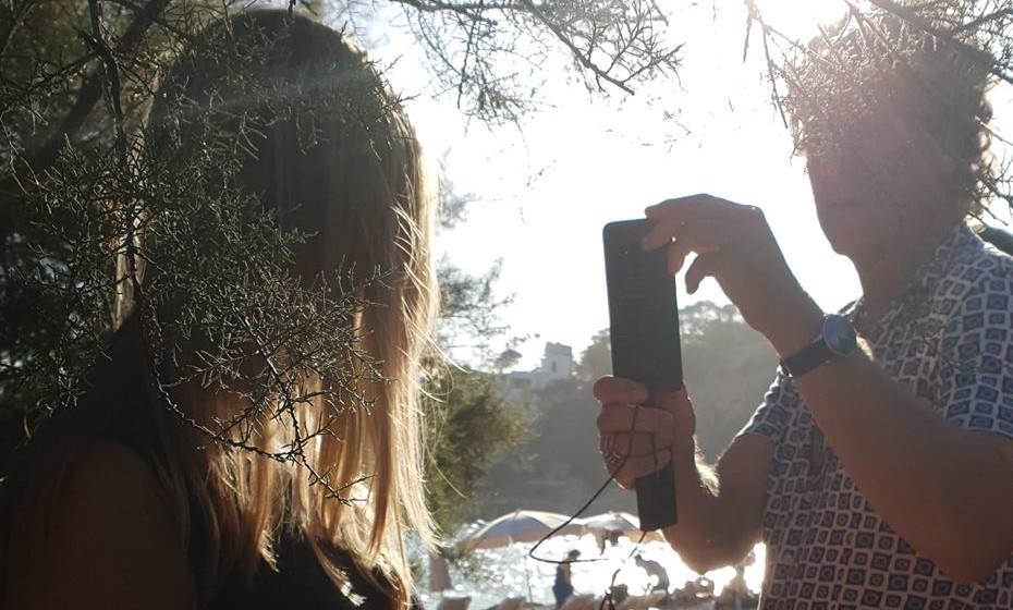 Escolha o melhor ângulo. Se estiver a tirar fotos no exterior tente garantir que o sol está a cerca de 90 a 180 graus de um lado, para obter a melhor 'profundidade de luz'. A partir do momento em que começar a reparar na forma como a luz influencia a fotografia, este pensamento vai enraizar-se e tornar-se natural. Vai começar a ver tudo de forma diferente.