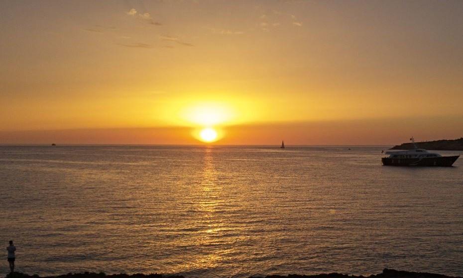 Continue a fotografar. Durante cerca de 10 minutos após o pôr-do-sol, permanece aquela luz suave, mas igualmente fantástica para fotografar (também conhecida como Crepúsculo Civil). Aumente a abertura para deixar entrar mais luz e captar este momento mágico, mesmo antes de a noite chegar.