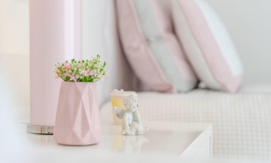 Na mesinha de cabeceira coloque alguns elementos decorativos, mas deixe espaço para por exemplo colocar um livro.