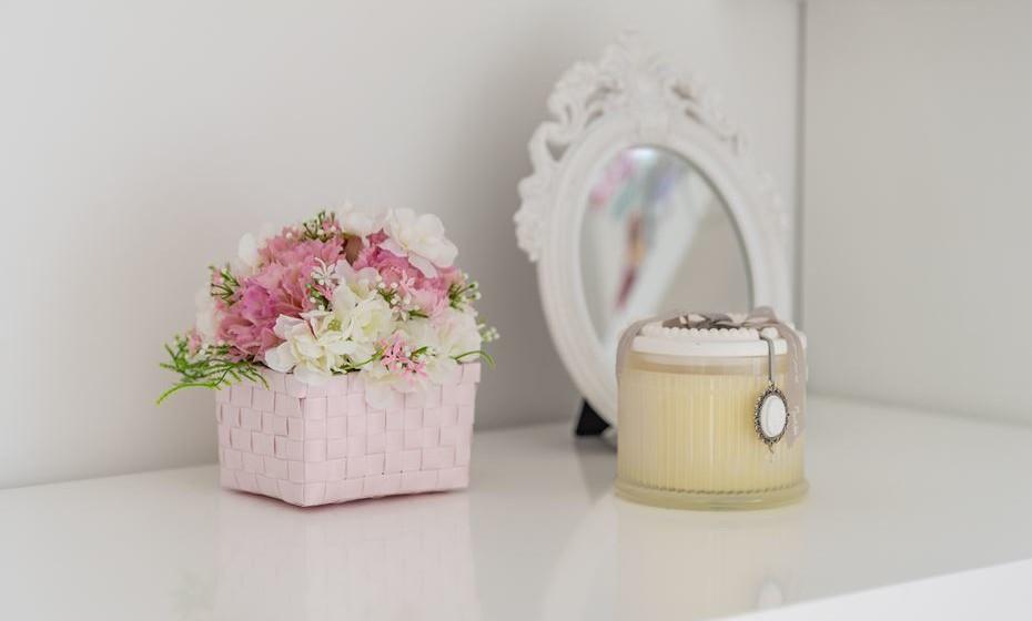 Se o quarto partilhado é para meninas não esquecer um espelho e flores.