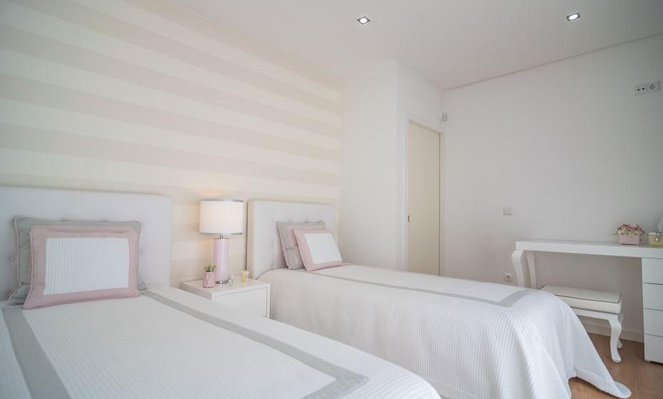 O quarto é pequeno e com uma cama extra a sensação de aperto aumentou. Por isso, colocamos um de papel de parede com um padrão de linhas horizontais para criar a ilusão de ser um espaço mais largo. Ao usarmos cores claras, nas paredes e móveis, aumentamos a sensação de espaço.