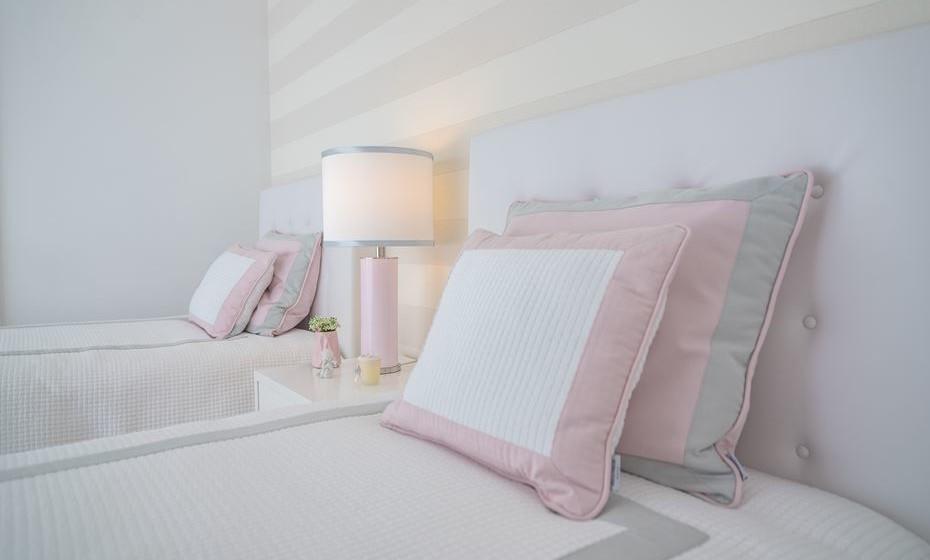O cinzento e a cor de rosa é sempre uma combinação delicada. Veja-se a combinação escolhida para as almofadas. Optamos por colocar duas almofadas, para criar maior sensação de conforto e com duas combinações de cores.