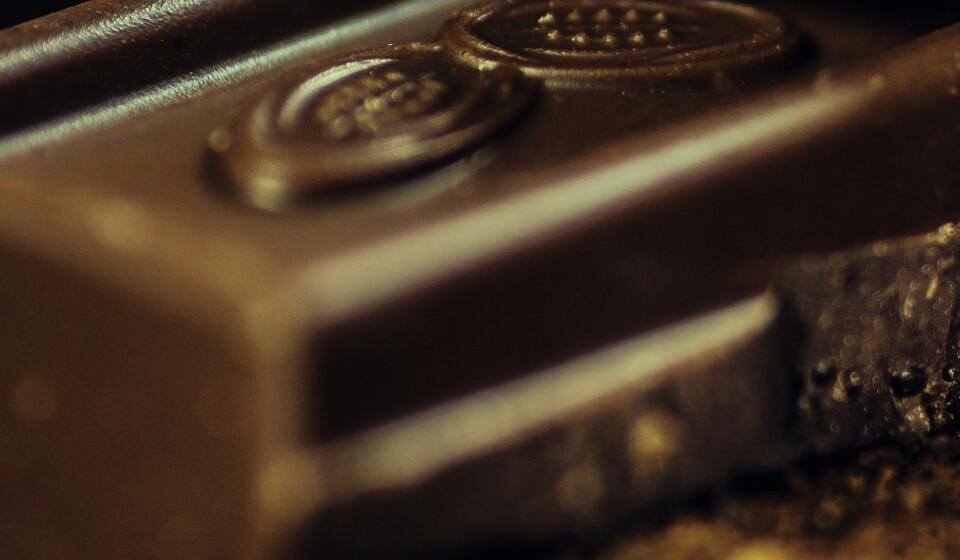 Chocolate negro: Uma dose de 28 gramas contém 3.3 mg de ferro, que é 19% da DDR. (Fonte: Authority Nutrition)
