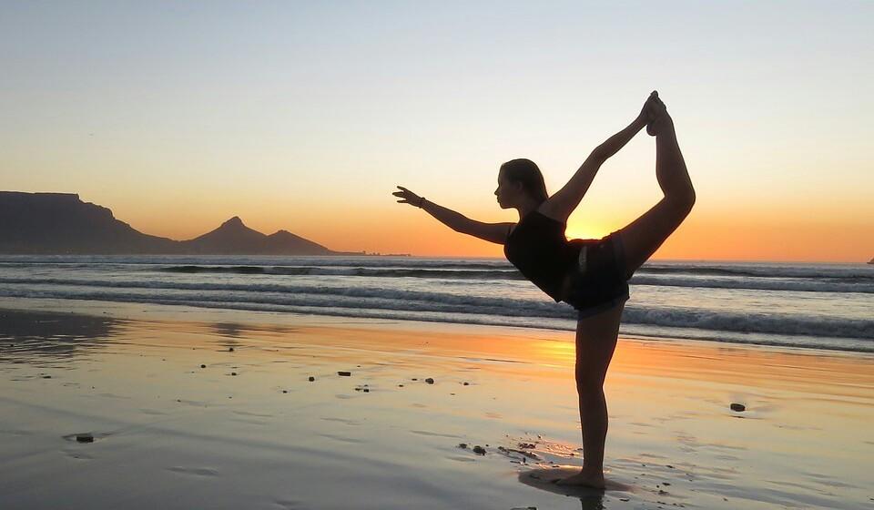 Ioga na praia - A prática de ioga traz inúmeros benefícios, tanto a nível mental como físico. E que tal unir o útil ao agradável? Faça os seus exercícios de ioga na praia. Procure a praia logo de manhãzinha ou ao fim da tarde, para garantir que não tem muita gente à sua volta, e pratique exercício ao ouvir o som das ondas a bater nas rochas. Se não quiser praticar sozinho, já há inúmeras aulas de ioga na praia.