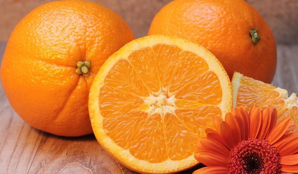 Cor de laranja: Esta cor está presente nas laranjas, nas cenouras, na abóbora, nos pêssegos, na papaia, no melão, nos damascos ou nas mangas. A presença da cor laranja nestes alimentos indica a presença de betacaroteno, um antioxidante que é conhecido por ajudar a prevenir o cancro e doenças cardíacas, ajudar o sistema imunitário e a proteger a visão.