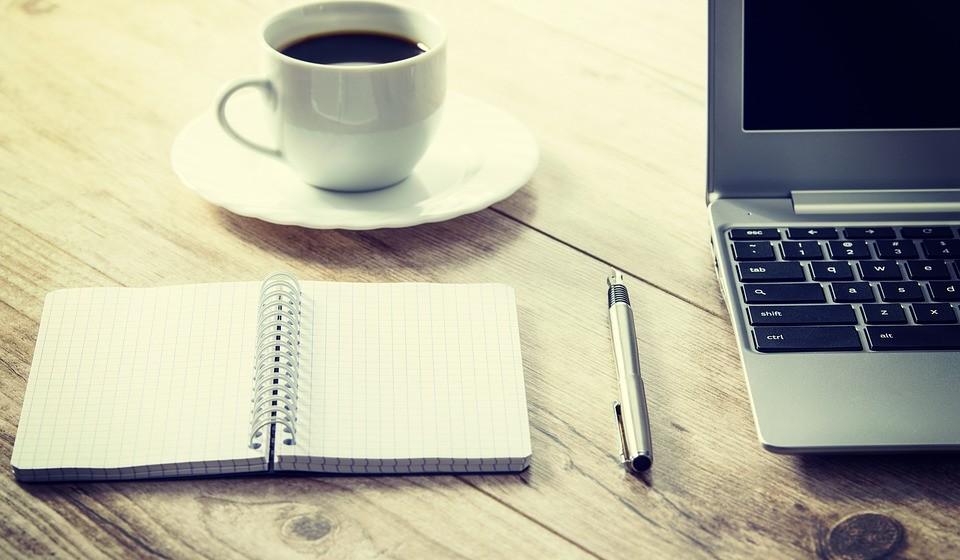 Café: O café é possivelmente a bebida mais utilizada no mundo para repor os níveis de energia. Isto acontece por causa da cafeína, já que esta estimula o metabolismo, a queima de gordura e pode levar a uma perda de peso.
