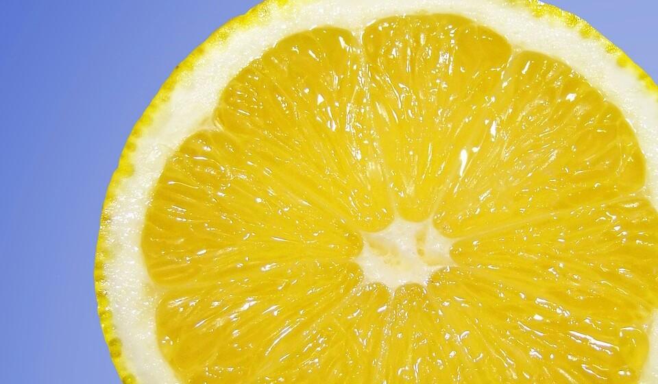 Amarelo: Limão, bananas, uvas ou milho são alguns dos alimentos que contém esta cor e também apresentam um grande nível de betacaroteno, o que faz muito bem à saúde ocular e ajuda a prevenir o aparecimento de cancro.