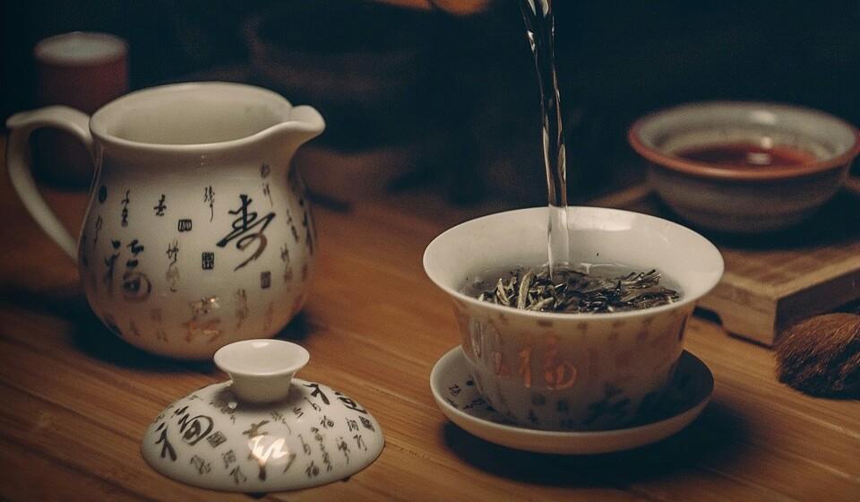 Chá preto: Tal como o chá verde, este tipo de chá contém vários estimulantes que ajudam na perda de peso. Este tipo de chá em rico num grupo de polifenólicos chamados de flavonoides. Estes polifenólicos são poderosos antioxidantes que ajudam na redução calorias e na consequente perda de peso.
