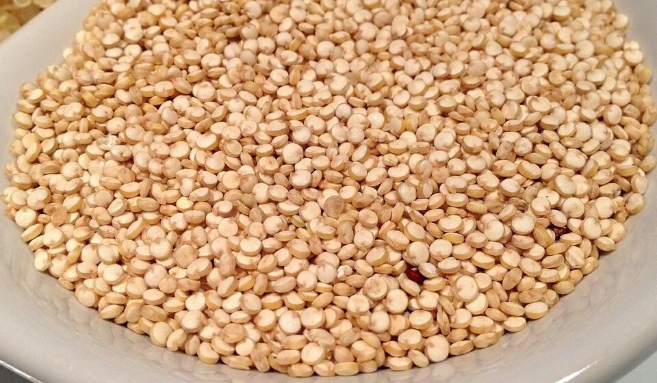 Quinoa: Uma chávena (185 gramas) de quinoa cozida fornece 2,8 mg de ferro, que é 15% da DDR.