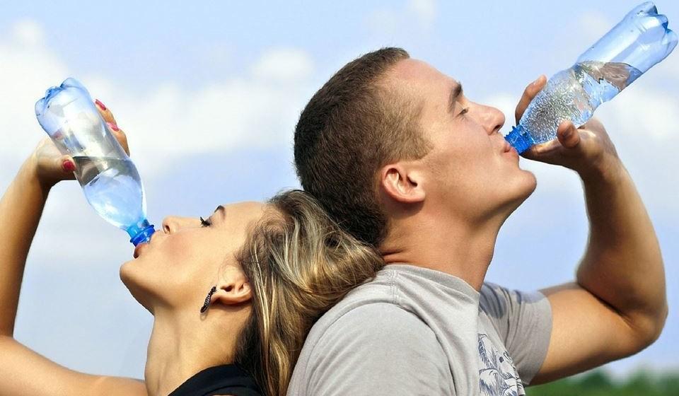 Água: A água é essencial à vida humana e é a mais saudável das bebidas. Beber mais água entre as refeições vai ajuda-la a sentir-se mais cheia e a queimar calorias. Beber água fria, mesmo que o seu corpo esteja em repouso, aumenta o número de calorias queimadas.