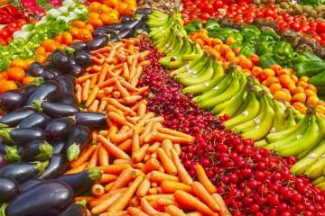Já olhou bem para as cores dos alimentos que ingere? Todos os frutos e vegetais têm nutrientes e químicos naturais que ajudam a proteger contra vários problemas de saúde, entre os quais os cardiovasculares, o cancro e os que estão relacionados com o envelhecimento. A nutricionista americana Janet Brancato, do Valley Hospital, explica o significado das cores dos alimentos e para que são benéficos. Mas, já sabe, quanto mais visualmente rico for o seu prato, mais nutrientes tem e melhor faz à saúde…
