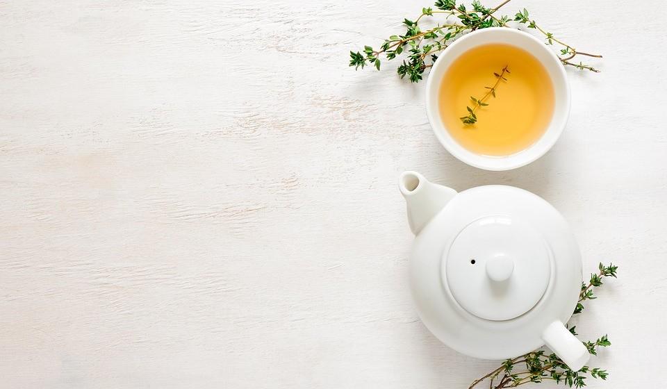 Chá verde: Este tipo de chá é muito associado à promoção da saúde e existe uma razão para isso. É que para além de ser rico em antioxidantes também tem nutrientes que podem ajudar na perda de peso (o que é comprovado em inúmeros estudos). Para perder peso, o chá verde Matcha é o Ideal pois contém uma grande quantidade de catequinas, o que ajuda a uma aceleração do metabolismo e perda de peso.