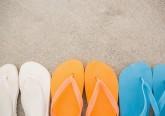 A podologista Christina Long alerta para as falhas de proteção que o calçado mais antigo do mundo oferece aos pés e recomenda o seu uso apenas em situações específicas. Esta simples peça não consegue proteger os 26 ossos, 33 articulações e 100 músculos, tendões e ligamentos que compõem o pé. Por isso, veja de seguida algumas recomendações a ter em conta na hora de comprar ou usar chinelos.