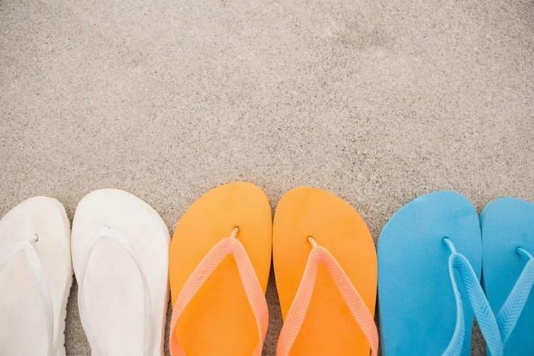 três pares de chinelos de praia