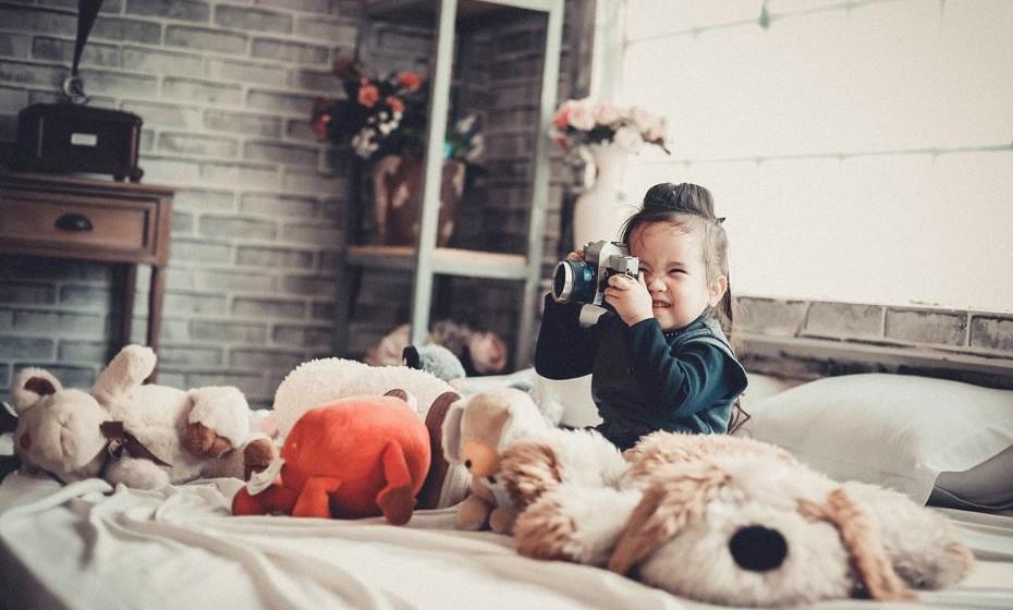 Transforma as tarefas num jogo -  Todos temos tarefas para fazer, mesmo as crianças, mas estas não têm de ser aborrecidas. Uma maneira simples de as tornar mais divertidas é pôr música e transformar a limpeza do pó numa festa, ou acrescente um elemento de competição, ao tentar bater um tempo para lavar a loiça, tornando as tarefas domésticas num tempo precioso de relacionamento entre ambos.
