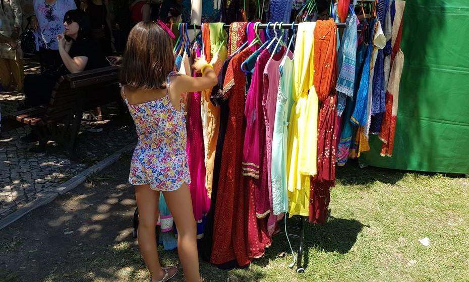 Os trajes coloridos despertam atenções, até dos mais pequenos.