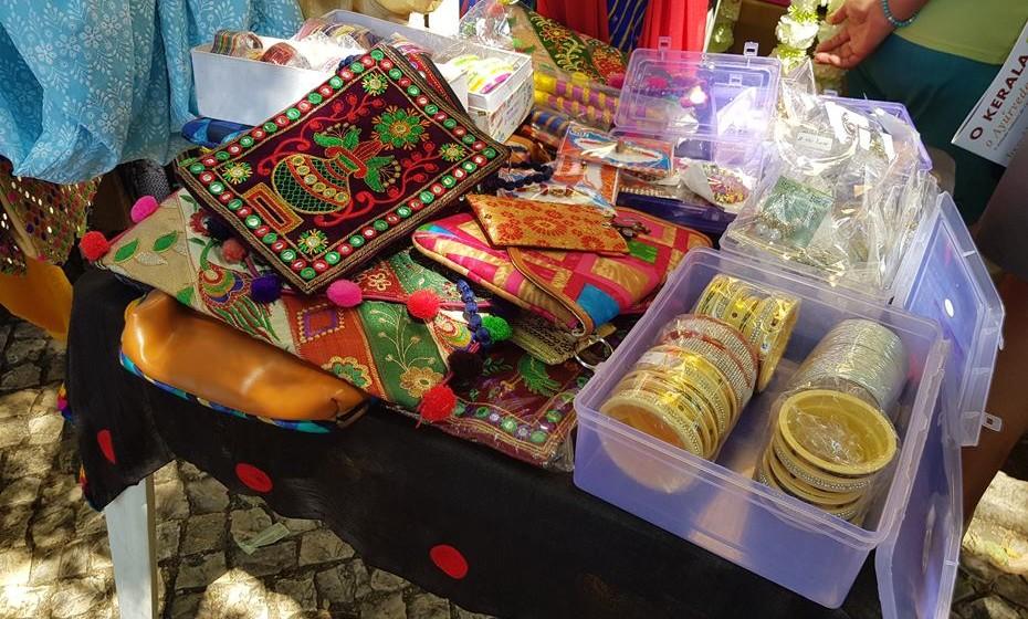 Há muito artesanato indiano pelo festival.