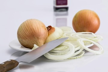 Para além de ser boa para cozinhar e enriquecer pratos, a cebola também traz muitos benefícios para a sua saúde. Aqui ficam alguns.