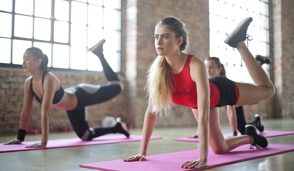 Faça exercício regularmente - Para perder peso, faça exercício físico regularmente, pois o aumento do suor faz com que perca água. Durante o exercício, o seu corpo vai enviar muita água aos músculos, o que vai fazer com que deixe de se queixar de retenção de líquidos. Mas não se esqueça que no final da atividade física deve beber muita água.