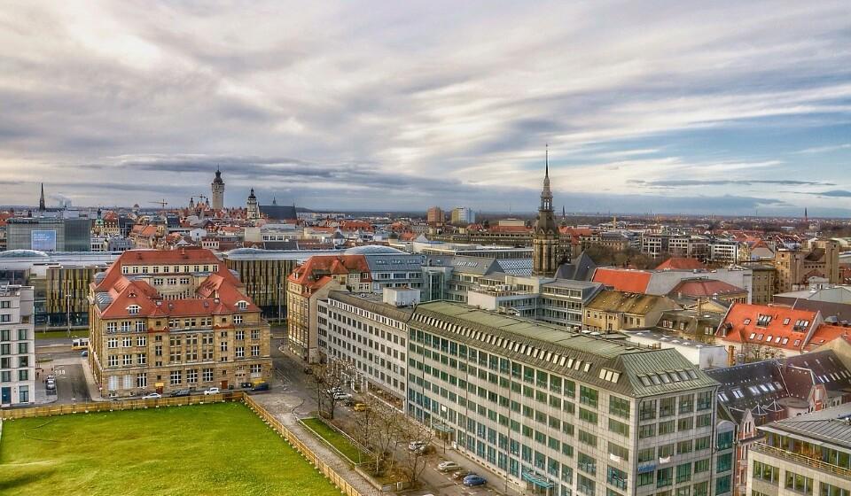 Alemanha: Se escolher Leipzig em vez de Berlim ou Munique, pode alcançar uma poupança de 2% no preço da sua estadia. Em Leipzig pode encontrar um quatro duplo num hotel de três a quatro estrelas por 81€.