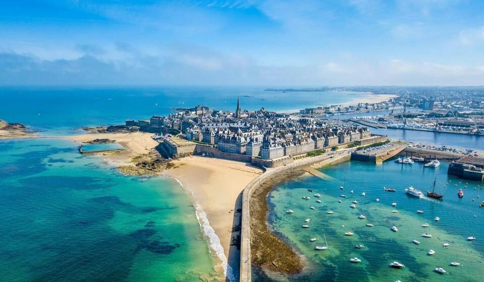 Saint Malo (França) - Esta é uma cidade de corsários e arquitetura gótica. Nesta pequena cidade tem três praias: a praia grande, a praia de Minhic e a praia da ponte, onde terá uma bela vista para a baia de Saint Malo.