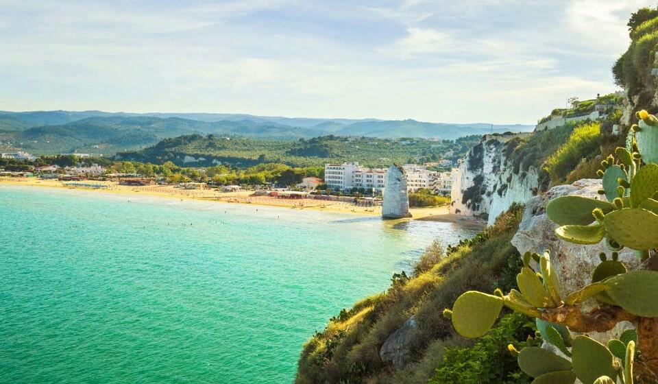 Pizzomunno (Itália) - A praia da rocha de Pizzomunno é grande e espaçosa, logo não vai ter que ficar em cima da toalha do seu vizinho do lado. A praia de Pizzomunno é composta por areia fina e pedras brancas.