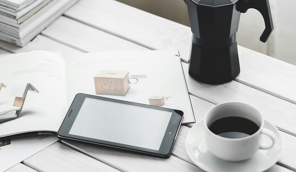 Tome cafeína - Esta ingestão tanto pode ser feita com a toma de suplementos de cafeína como ao beber chá ou café. Isto acontece, pois, estas bebidas têm efeitos diuréticos, o que ajuda na redução de líquidos.