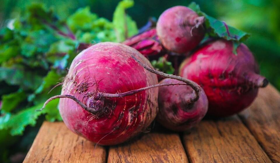 Beterraba - Esta costuma ser roxa e muitas vezes é servida cozida. A beterraba é ideal para aqueles que queiram aumentar o seu consumo de potássio ou ajudar a prevenir a tensão alta. A beterraba também é uma excelente fonte de folato.