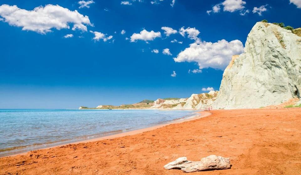 Kefalonia (Grécia) - A ilha de Kefalonia tem inúmeras maravilhas, mas vamos destacar a praia Xi (esta é a décima quarta letra do alfabeto grego). Esta praia tem uma areia de um vermelho-alaranjado, o que vai dar um outro colorido às inúmeras fotos que vai aqui tirar para colocar nas redes sociais.