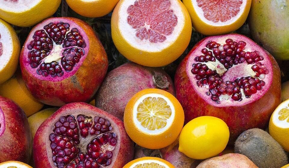 Romã - Esta é uma fonte bastante saborosa e rica em potássio. As romãs têm vitaminas C e K, proteínas, calorias e uma quantidade considerável de açúcares naturais.
